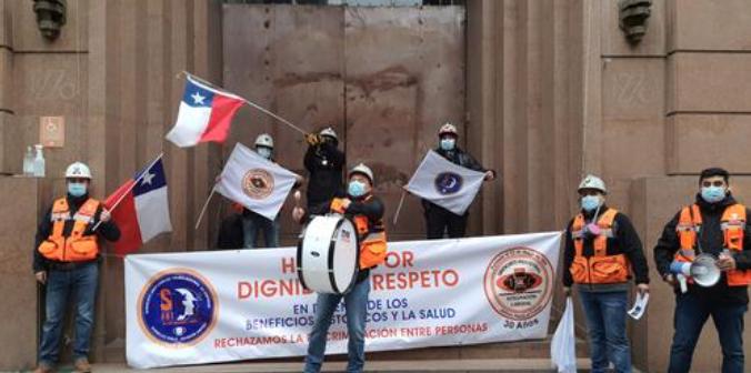 """""""Nos están ignorando"""": Trabajadores en huelga de Codelco Andina protestan en Santiago y acusan intransigencia de la empresa"""